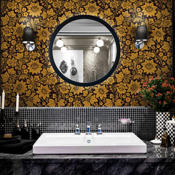 Black and gold wallpaper in the bathroom